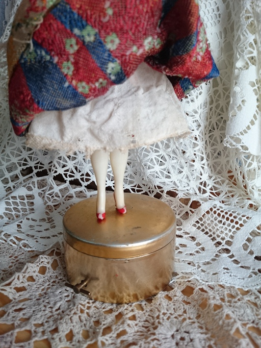 muñeca fallera con caja musical años 50