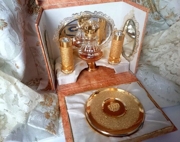 caja-expositora-vintage-de-perfume-maquillaje-pintalabios-polvera-